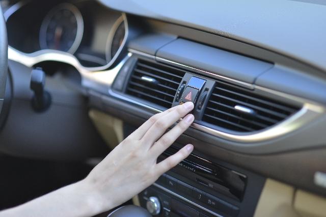 車のエアコンが臭い!一瞬で臭いを消し去る簡単な方法から日常のお手入れまで