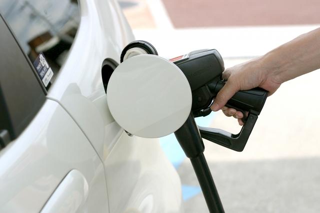 【車の雑学】車の給油口は右左どっち?停車せず見分ける方法と左右バラバラな理由