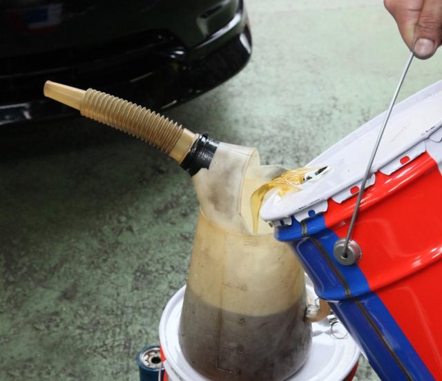 エンジンのオイル交換は本当に必要?交換頻度は?どこで交換すればいい?