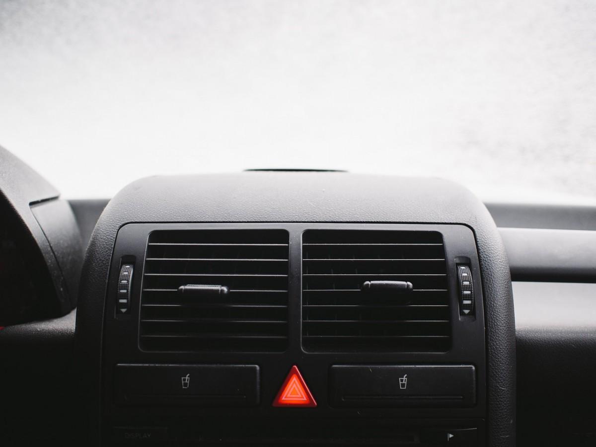 できるだけ燃費を悪化させずに寒い車内を速く温める方法とは!?