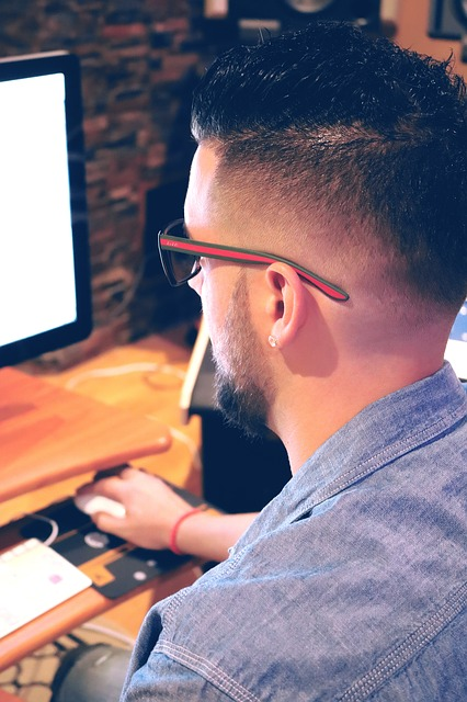 man-using-computer-1290114_640