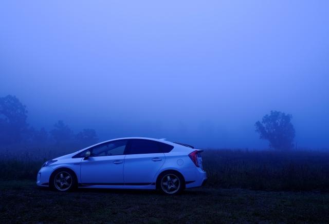 濃霧で視界が悪い時の運転方法とは?ライトをハイビームにしたりフォグランプを点ける対策は正解?