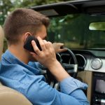 走行中のスマホいじりは危険&違反!運転に集中できるようドライブモードの設定をしましょう