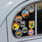 車のシールをキレイに剥がすためのグッズ・貼付場所(ガラス・ボディ)別方法を紹介!剥がしていいステッカーやダメなものがあるので注意!