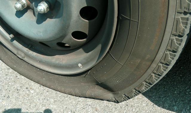女性1人でもタイヤのパンク修理を簡単にできるパンク修理キット5選!