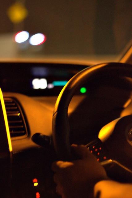 夜の運転が怖いあなたへ!夜の危険を回避する安全運転の4つのポイントを解説