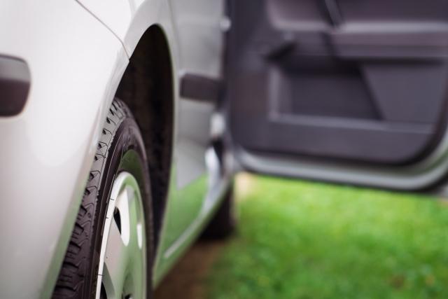 タイヤが脱輪したら自力で脱出可能?一番早く安全に脱出できる方法や脱出後の注意点をチェック!