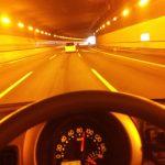 トンネル内ではヘッドライト点けないとダメ?違反や罰則になる?危険?