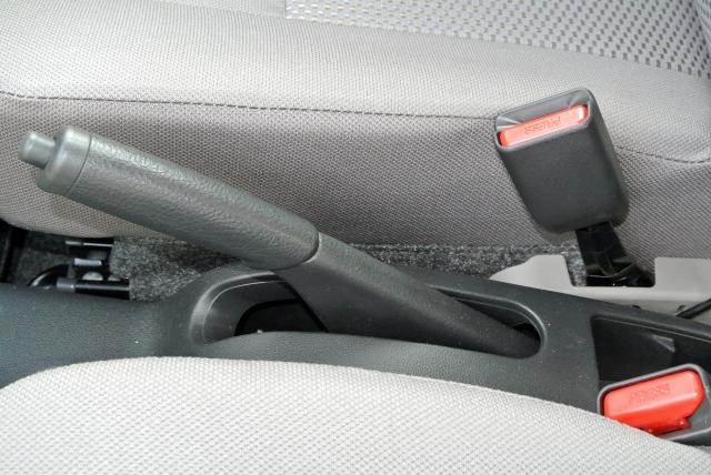 車のパーキングブレーキでのNG行為とは?タイプ別(サイドブレーキ・足踏み式)操作方法・注意点を解説