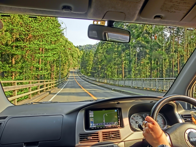 運転中の目の錯覚で起きる6つの危険!道が曲がって見える?スピードの出しすぎに気づかない?