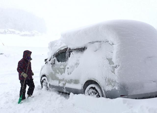 車をキズつけない効率的な雪かき・雪下ろしのやり方・グッズ・タイミング・注意点