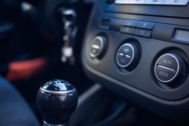 スライム型クリーナー『サイバークリーン』は車内スイッチ・エアコン等の細かい部分の掃除に便利!