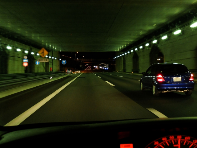 もうトンネルの運転は怖くない!苦手に感じる理由と不安を解消する運転方法を解説!