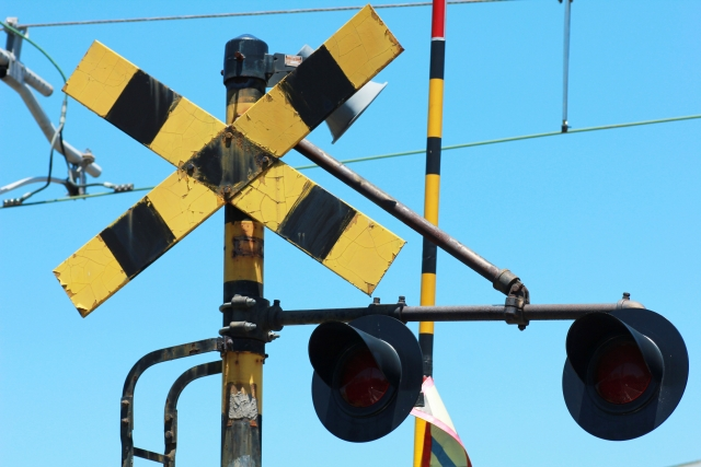 踏切で立往生したらどうすればいいの?列車止めたら賠償金あるの?