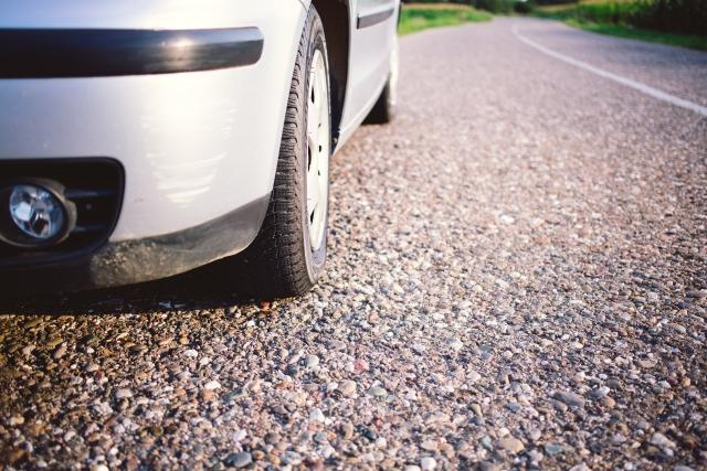 駐車時にやりがちな「ハンドルの据え切り」とは?車へのダメージは?やってはダメなの?