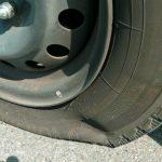 走行中にタイヤがパンクしたらどうする?パンク防止のための3つの簡単タイヤメンテナンス方法も!