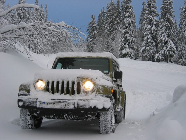 車の屋根の雪は時短雪下ろしグッズでしっかり落とそう!乗せたまま走ると危険な理由とは?