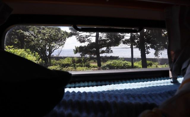 キャンピングカーと海
